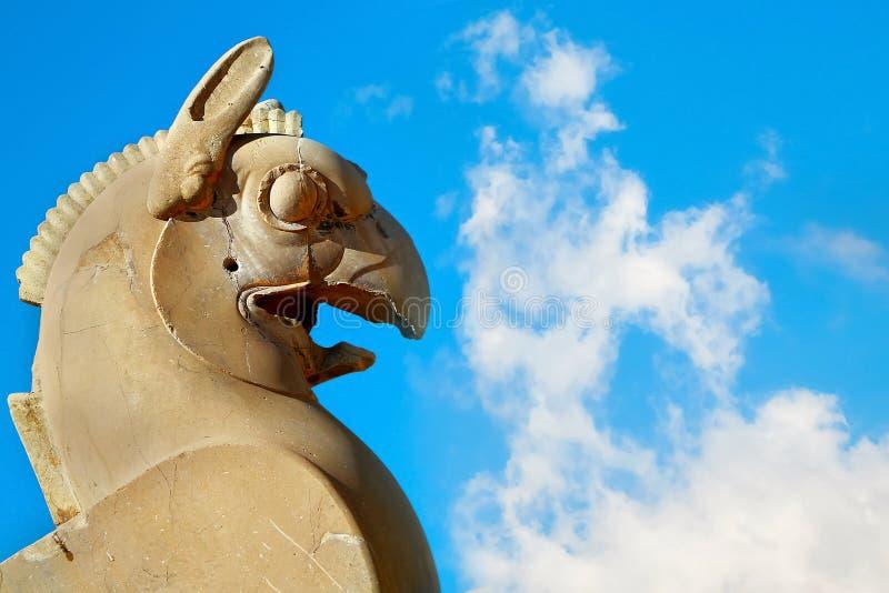 一个新来的人的石专栏雕塑的片段在反对蓝天的波斯波利斯与云彩 古老血红素王国 伊朗 图库摄影
