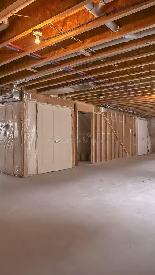 一个新的家的内部木头构筑的射线的垂直的看法建设中 免版税库存照片