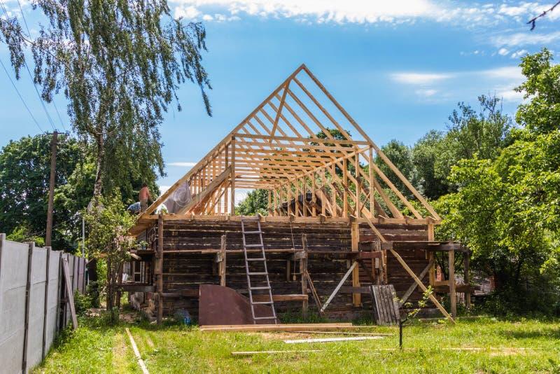一个新的木屋顶的设施在一个寓所的由木匠和盖屋顶的人队  库存图片