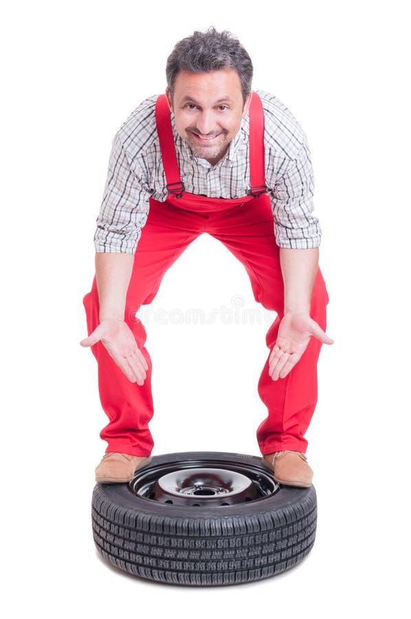 介绍一个新的车轮的技工 库存照片