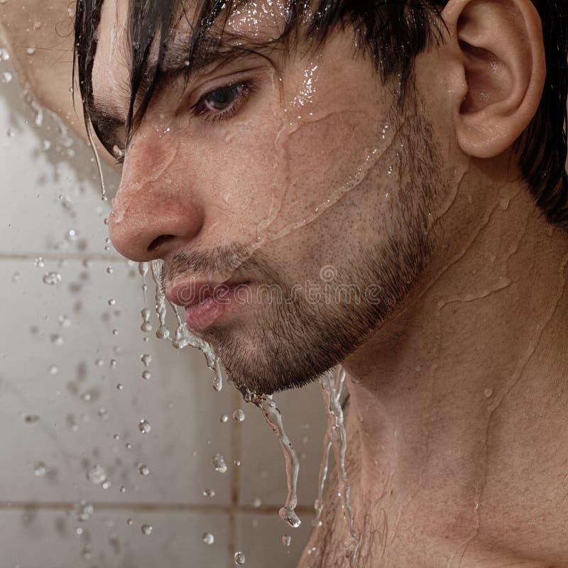 一个新英俊的人的纵向洗澡 图库摄影