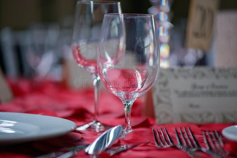 一个日期、一个婚礼或者一个正式事件的浪漫美好的饭桌设置在餐馆或小餐馆 免版税图库摄影