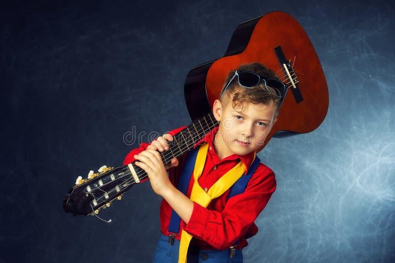 一个时兴的男孩的画象在演播室 库存照片