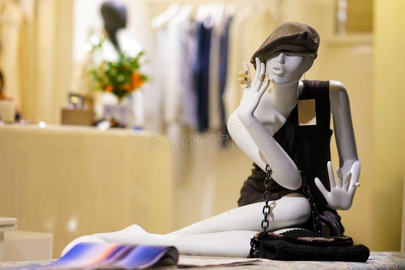一个时装模特的特写镜头在一个商店窗口里在圣托里尼 免版税库存照片