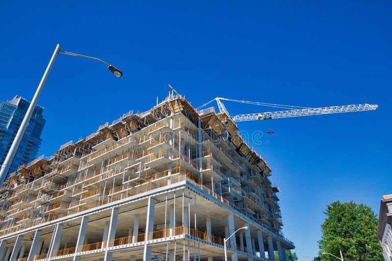 一个时髦公寓房的建筑在有名望的中间地区 图库摄影