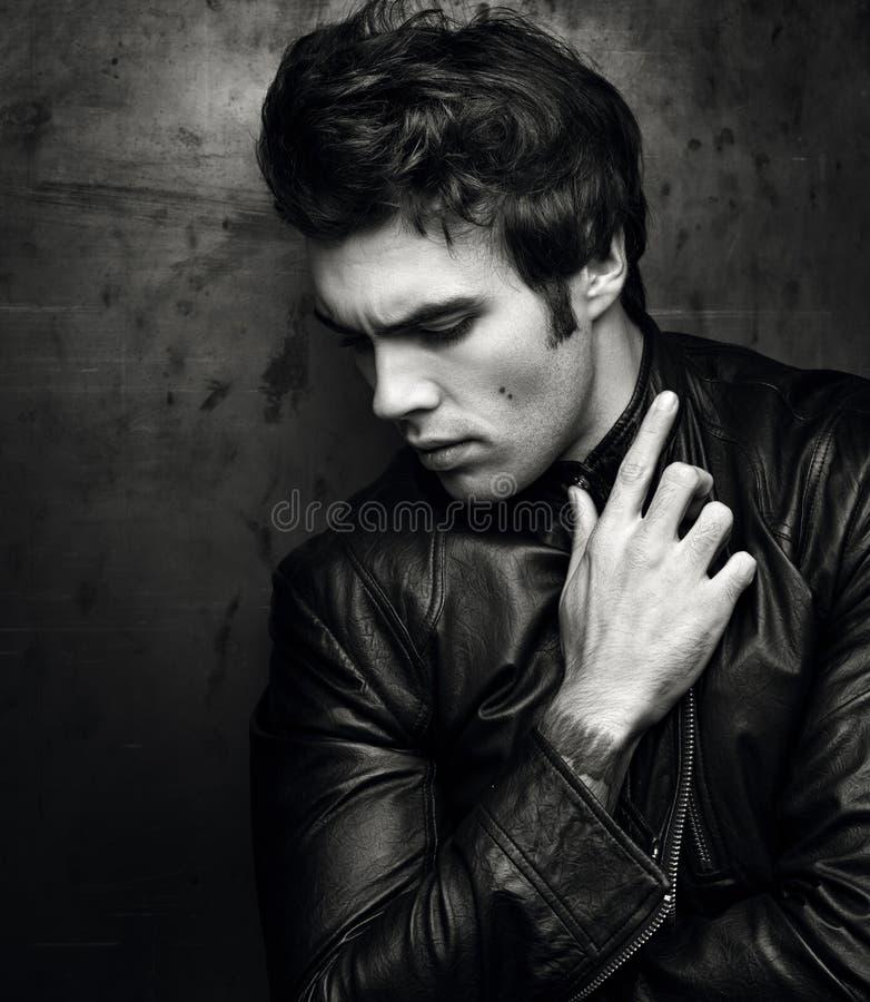 一个时髦的人的黑白画象黑皮夹克的 免版税库存照片