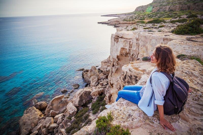一个时髦的少妇旅客观看在的美好的日落 图库摄影