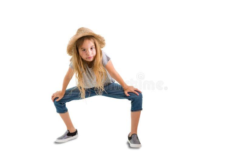 一个时髦草帽的逗人喜爱的稀薄的女孩 库存照片