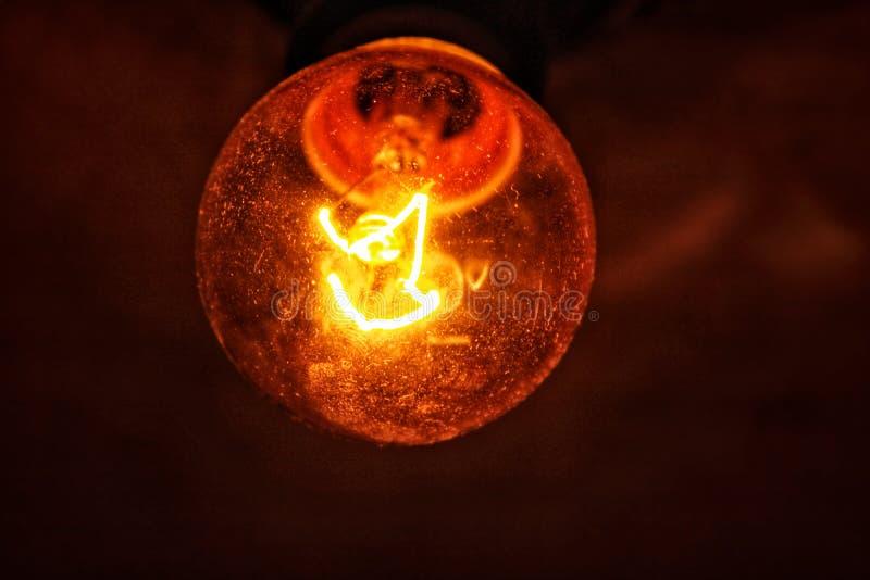 一个昏暗的电灯泡 免版税库存图片