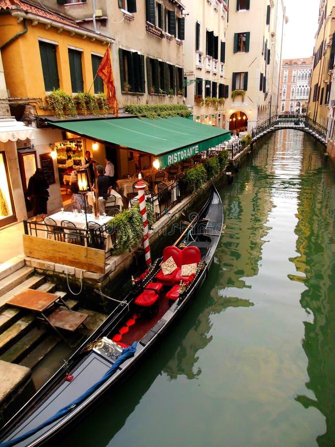 一个晚上在威尼斯运河的餐馆,意大利 免版税库存图片