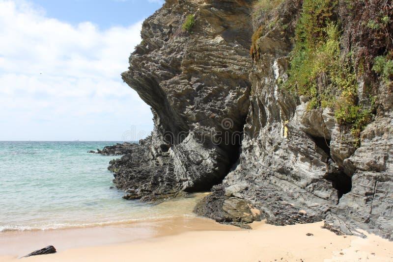一个晴朗的海滩在波尔图Covo,葡萄牙 库存图片