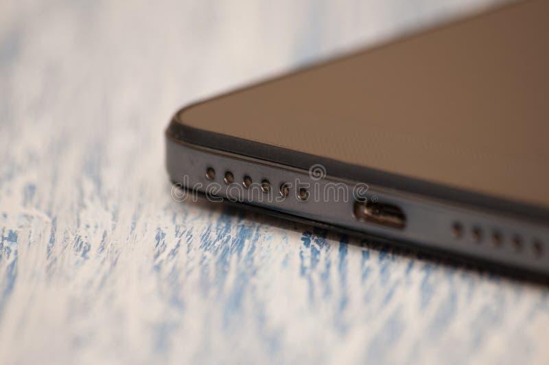 一个智能手机话筒的细节在蓝色木背景的,特写镜头 有文本的一个地方 免版税库存图片