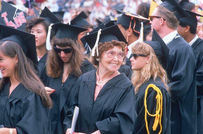 一个更旧的毕业生微笑 库存照片