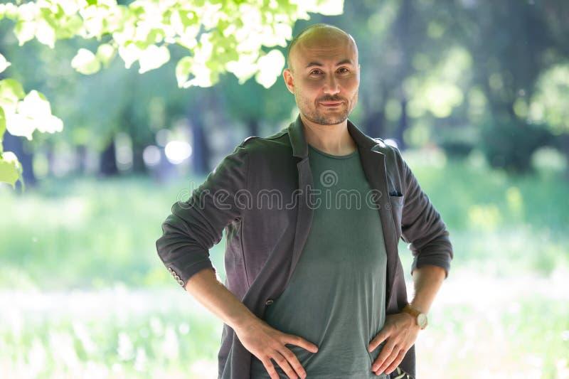 一个有胡子的严肃的秃头人的面孔在公园 免版税库存照片