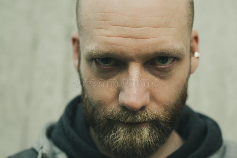 一个有胡子的人的严肃的神色 免版税库存照片