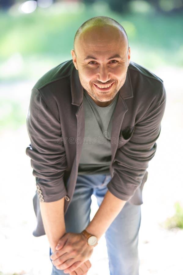 一个有胡子的微笑的秃头人的面孔在公园 图库摄影