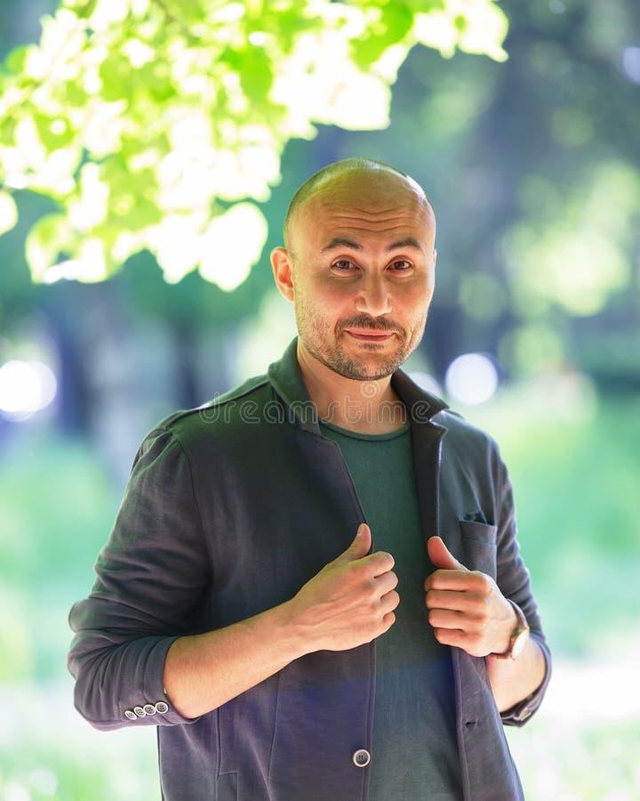 一个有胡子的惊奇的秃头人的面孔在公园 免版税图库摄影