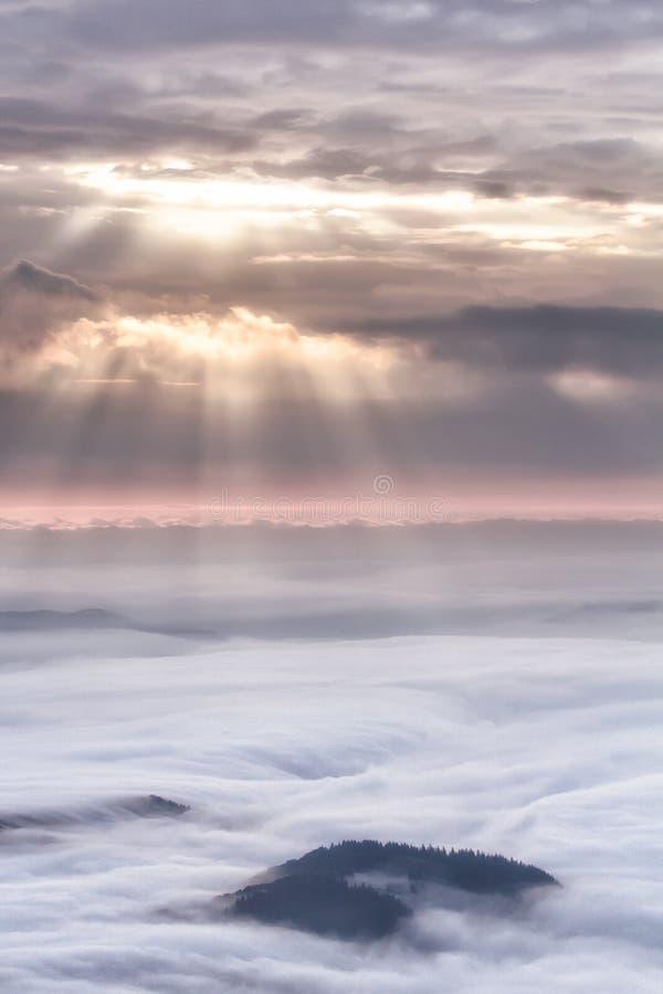 一个有雾的早晨的田园诗山风景hdr 库存图片
