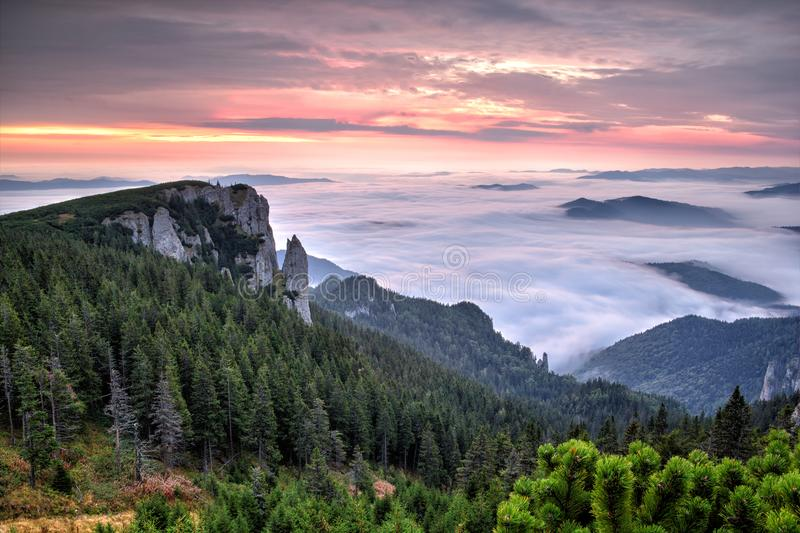 一个有雾的早晨的田园诗山风景hdr 免版税库存照片