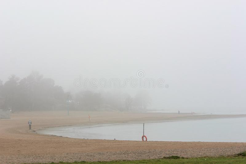 一个有雾的海滩非常清早 免版税库存图片