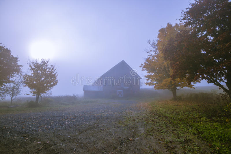 一个有雾的蓝色秋天早晨的老谷仓在佛蒙特 免版税图库摄影