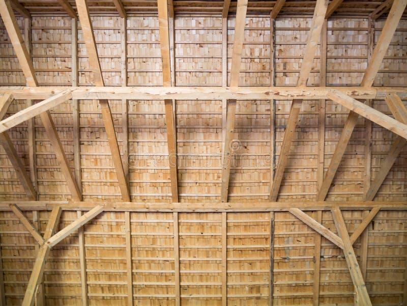 一个木屋顶的建筑从委员会的 免版税库存照片