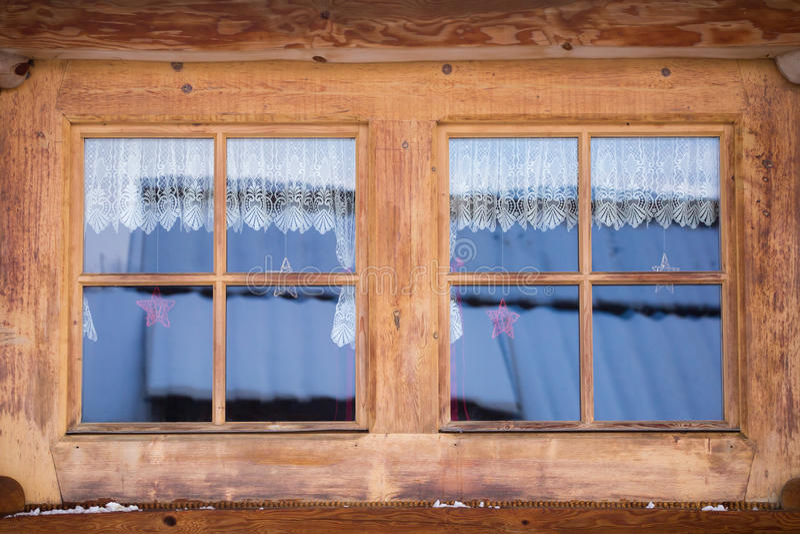 一个木房子的两个窗口 图库摄影