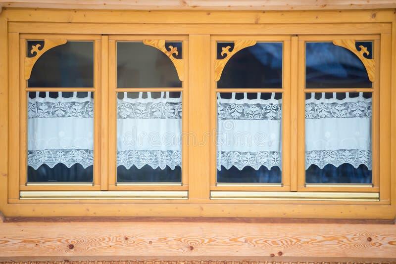 一个木房子的Windows,波兰 库存图片