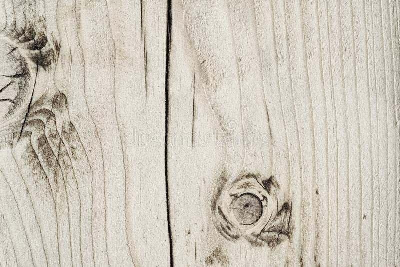 一个木板的纹理有结和镇压的和崩裂在中部 免版税库存照片