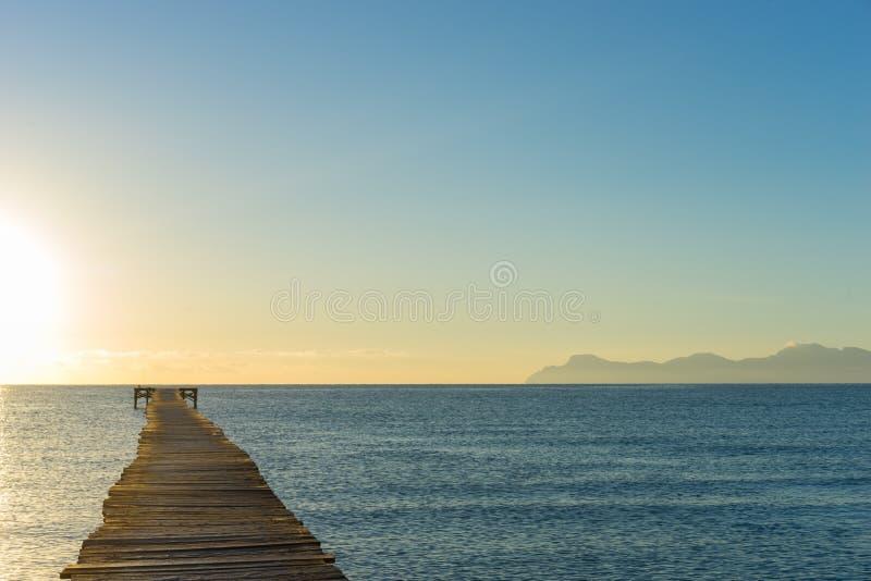 一个木码头在阳光下 免版税库存照片
