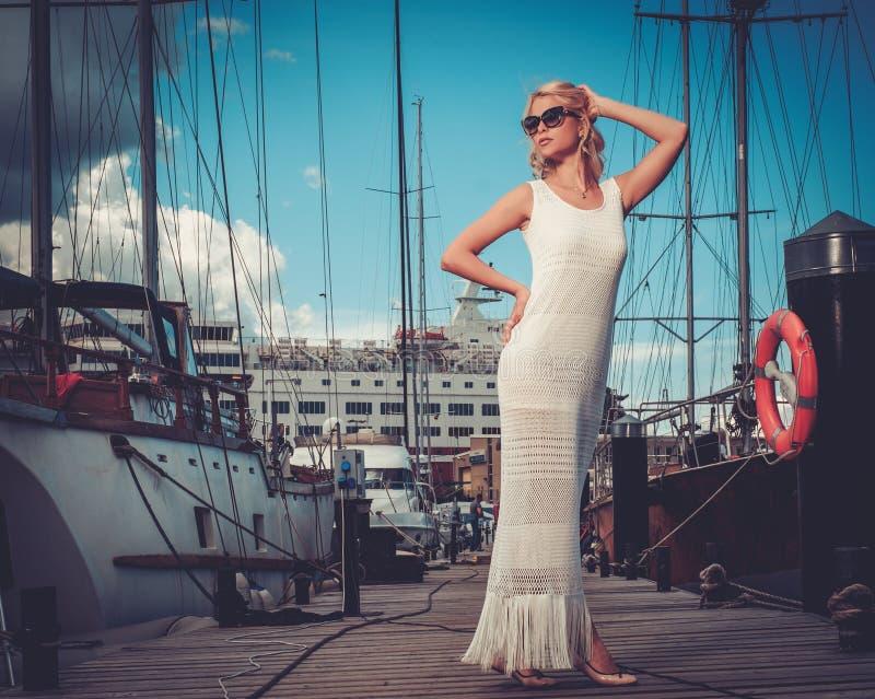 一个木码头的时髦的妇女 库存照片