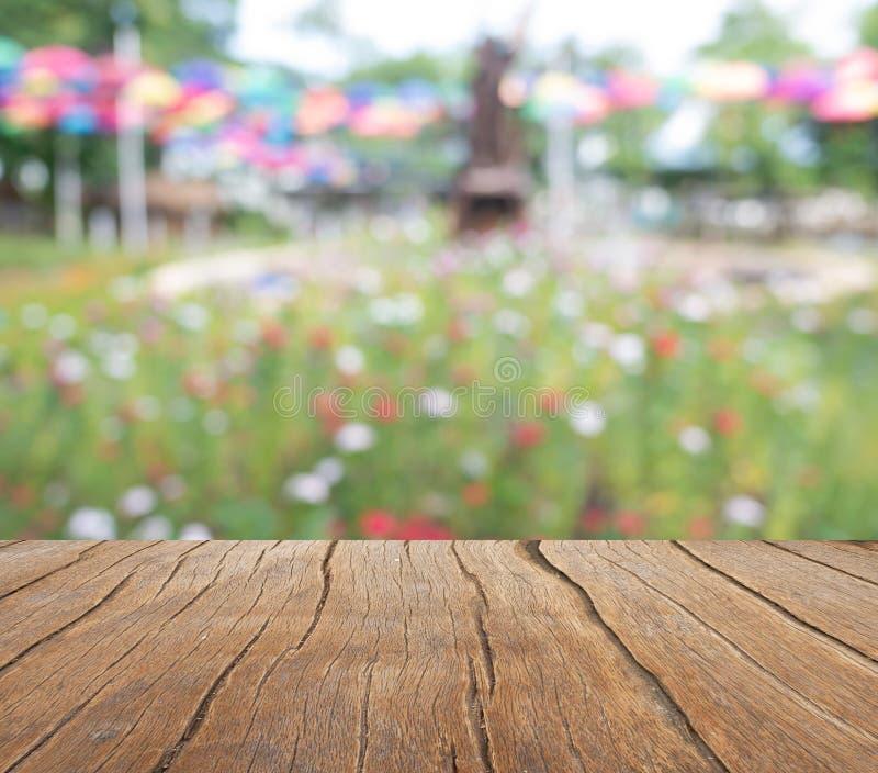 一个木阳台延伸到一块五颜六色的花田 免版税库存照片