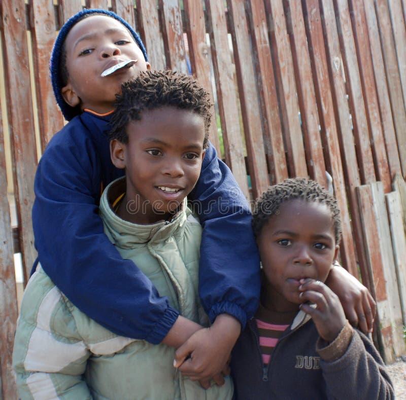 一个未认出的小组年轻少年 免版税库存照片