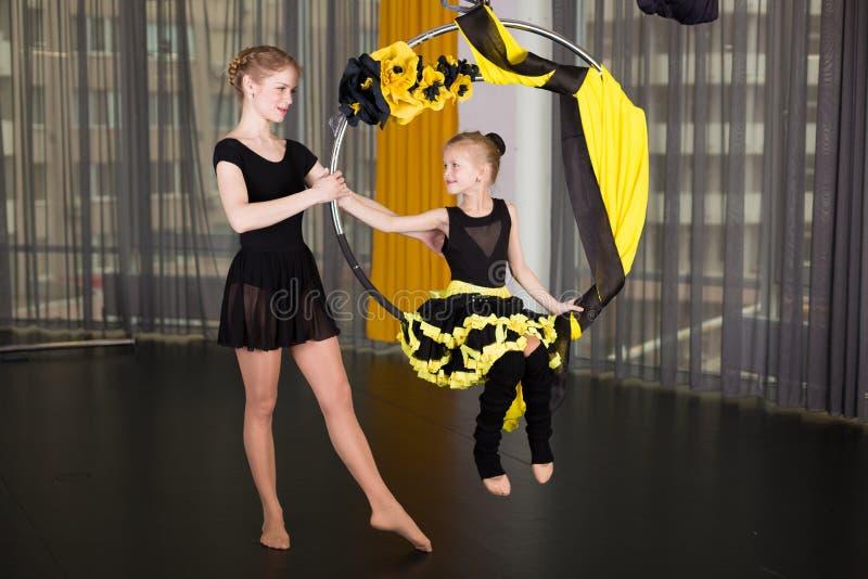 一个杂技圆环的小舞蹈家 免版税库存照片