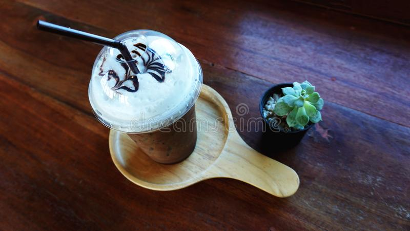 一个杯子冰冻咖啡用仙人掌 免版税库存照片
