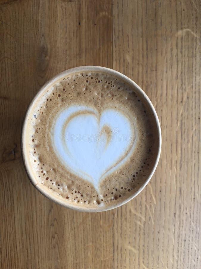 一个杯子在一纸杯的热奶咖啡咖啡在咖啡馆 免版税库存图片