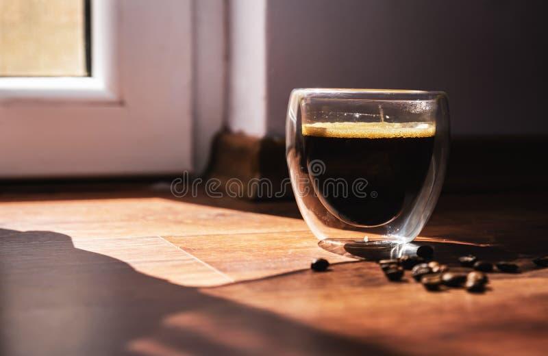 一个杯子在早晨太阳的芳香咖啡 图库摄影