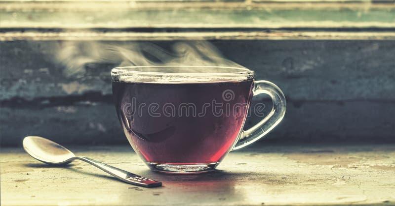 一个杯子在窗口的热的茶 免版税图库摄影