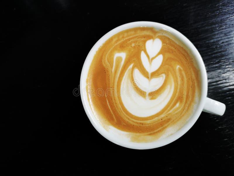 一个杯子拿铁艺术咖啡 免版税库存图片