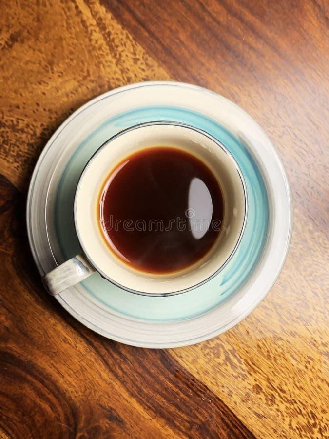 一个杯子放出热的茶在一套深蓝白的陶瓷茶具服务 免版税库存图片