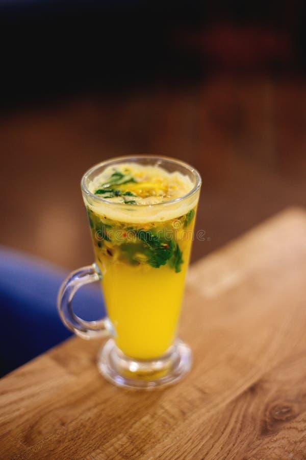 一个杯子柑橘茶 图库摄影