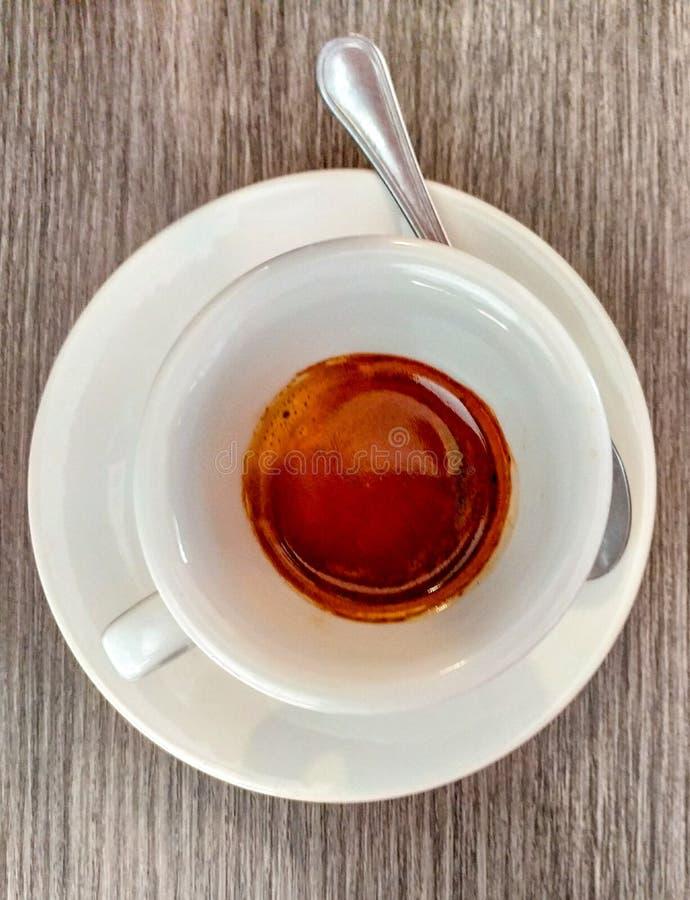 一个杯子浓咖啡 在意大利,特别是南部的,有饮用的咖啡崇拜在酒吧 一杯好咖啡和星 库存图片