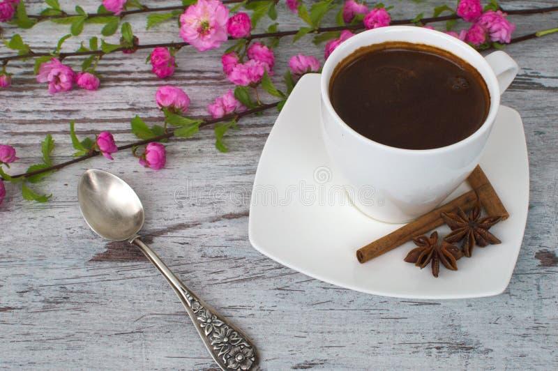 一个杯子芬芳咖啡和花和转动 库存图片