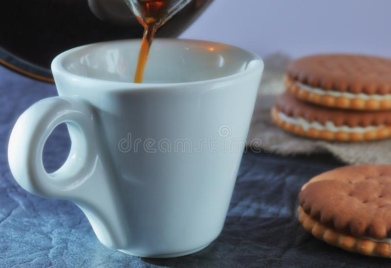 一个杯子芬芳精神充沛的早晨咖啡 免版税库存图片