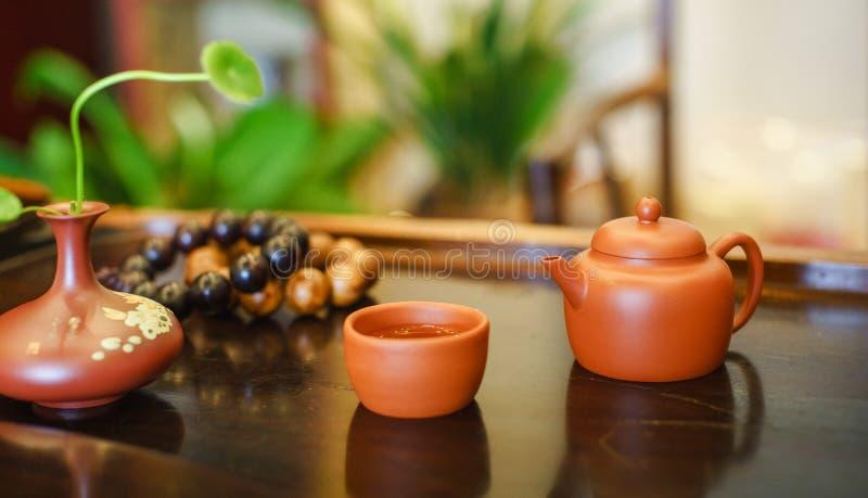 一个杯子整个叶子lapsang souchong茶,富有的发烟性风味茶 库存图片