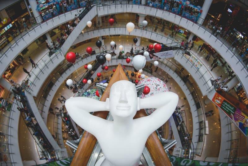 一个松弛雕塑被察觉在一个商城在曼谷泰国 免版税库存照片