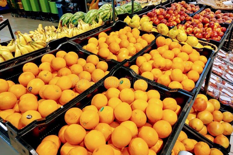 一个架子的看法用果子在超级市场或市场,食物背景上 库存图片