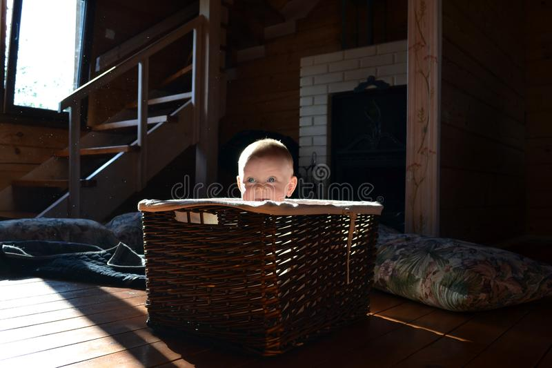 一个柳条筐的婴孩,室内 免版税库存图片
