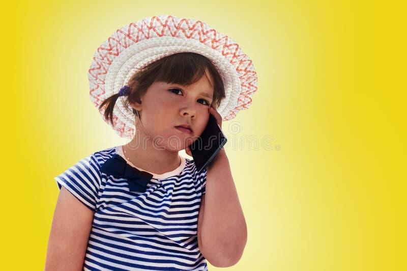 一个桃红色帽子的小沉思的女孩 库存照片