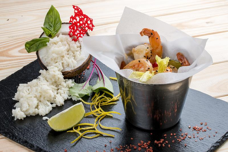 一个桶在亚洲样式的虾用在椰奶的米 库存图片